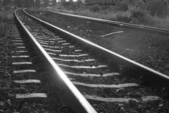 Pistas ferroviarias en la puesta del sol fotos de archivo