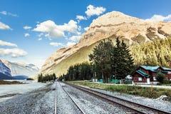 Pistas ferroviarias en montañas rocosas canadienses Fotos de archivo libres de regalías