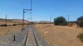 Pistas ferroviarias en una escena rural almacen de metraje de vídeo