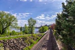 Pistas ferroviarias a lo largo del Lakewalk en Duluth Fotos de archivo libres de regalías
