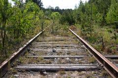 Pistas ferroviarias oxidadas viejas con los durmientes de madera Imagen de archivo libre de regalías