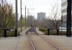 Pistas ferroviarias que dirigen en el centro de la ciudad imagen de archivo libre de regalías