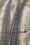 Pistas ferroviarias que llevan a las maneras diferentes Fotografía de archivo libre de regalías