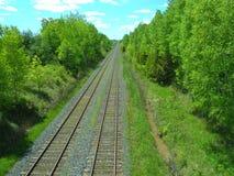 Pistas ferroviarias que retroceden al infinito Fotografía de archivo