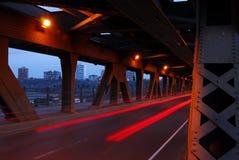 Pistas ligeras de coches en puente Foto de archivo
