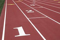 Pistas running numeradas em uma trilha Fotos de Stock Royalty Free