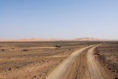 Pistas a través del desierto de Sáhara Imagen de archivo libre de regalías