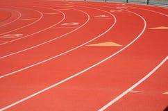 Pistas vermelhas do atletismo fotografia de stock royalty free