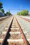 Pistas y estación del tren imagenes de archivo