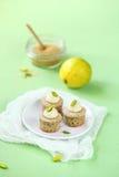 Pistasch Mini Cupcakes med limefrukt Royaltyfria Bilder