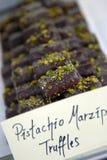 Pistazie-Marzipan-Trüffeln Stockfotos