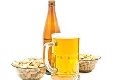 Pistazien, Erdnüsse und Biernahaufnahme stockfoto