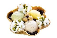 Pistazien-Haselnuss-Creme-Eiscreme-Waffel-Schüssel Stockfoto