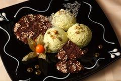 PistazienEiscreme mit Schokoladenplätzchen stockfotos