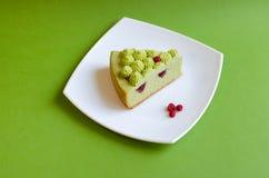 Pistazienkuchen mit Erdbeermarmelade Stockbild