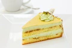 Pistazieschwammkuchenscheibe mit Kaffee lizenzfreies stockbild