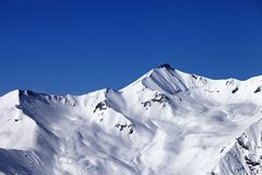 Piste śnieżny skłon i błękita jasny niebo Obrazy Royalty Free