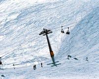 Piste и люди лыжи катаются на лыжах в snowscape горных вершин в St Moritz Швейцарии Стоковые Фото