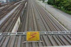 Piste ad alta tensione del treno del segno di attenzione nella lingua tedesca Fotografia Stock