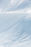 Piste alpestre del esquí con las pistas del esquí y del snowboard fotografía de archivo