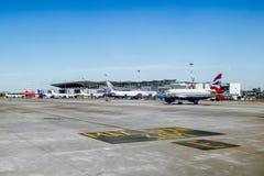 Piste avec les avions à l'aéroport de Pulkovo à St Petersburg r Image libre de droits