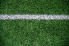 Piste blanche sur le terrain de football vert Images stock