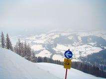 Piste bleue de pente de signe d'attention sur une voie de wintersport photo libre de droits