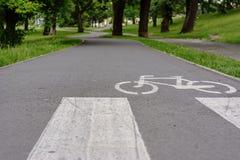 Piste ciclabili nel parco della città fotografia stock