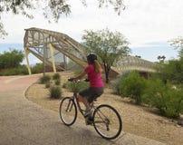 Piste cyclable d'aviation et pont de serpent à sonnettes, Tucson, Arizona images stock