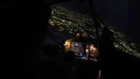Piste d'aéroport d'atterrissage d'avion de ligne la nuit, données de vol de contrôle de pilote sur le panneau banque de vidéos