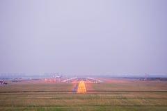 Piste d'aéroport au fond crépusculaire Images stock
