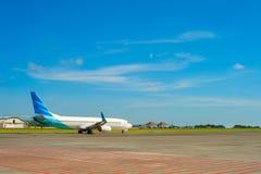 Piste d'aéroport de Bali de décollage d'avion Image stock