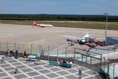 Piste d'aéroport de Cologne Bonn et terrasse de visiteurs Images stock