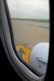 Piste d'aéroport de la fenêtre d'aéroport Image libre de droits