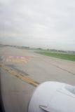 Piste d'aéroport de la fenêtre d'aéroport Photographie stock