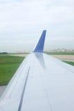 Piste d'aéroport de la fenêtre d'aéroport Images libres de droits