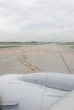 Piste d'aéroport de la fenêtre d'aéroport Photographie stock libre de droits