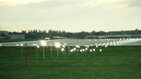 Piste d'aéroport de Lit le soir Photos stock