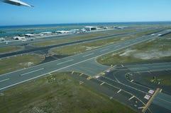 Piste d'aéroport de vue aérienne à l'aéroport international de Honolulu Photos libres de droits