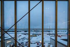 Piste d'aéroport international d'Oslo Gardermoen en hiver avec la neige Images libres de droits