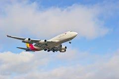 Piste d'atterrissage de approche d'avion de ligne commerciale Image libre de droits