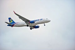 Piste d'atterrissage de approche d'avion de ligne commerciale Images stock