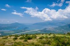 Piste d'atterrissage de ville et d'aéroport de Tivat Photo libre de droits