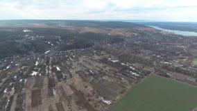 Piste d'atterrissage d'hélicoptère de photographie aérienne près de la rivière de Dnieper d'une vue d'oeil d'oiseau banque de vidéos
