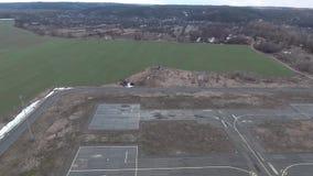Piste d'atterrissage d'hélicoptère de photographie aérienne près de la rivière de Dnieper d'une vue d'oeil d'oiseau clips vidéos