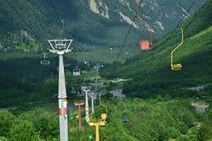 Piste de câble sur des montagnes photo stock