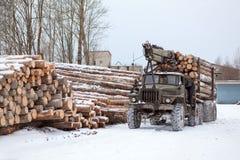 Piste de chargeur de log avec le bois de construction photos libres de droits