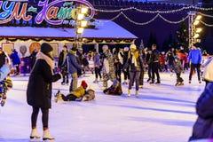 piste de Gomme-patinage sur la place rouge pendant les vacances de Noël et de nouvelle année Photographie du mensonge sur la glac photographie stock