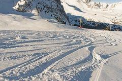 Piste de la nieve del polvo en estación de esquí alpina Foto de archivo