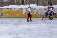 Piste de patinage de glace avec le patineur artistique image libre de droits